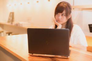 新興国ETFについて悩む女性