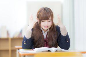 利率と利回りについて勉強している女子高生